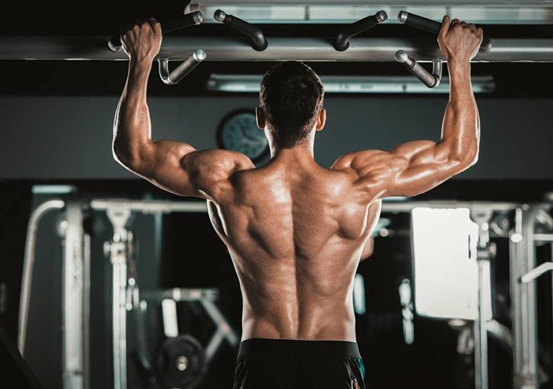 Homme musclé qui fait de la musculation